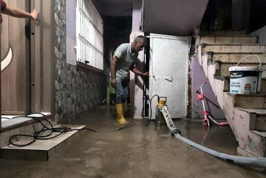 Mersin'de ekipler, su basan evlerde yağmur suyu tahliye çalışması yaptı