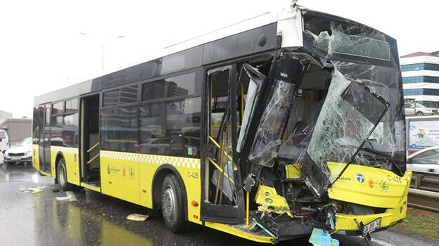 Son dakika... Maltepe'de İETT otobüsüyle kamyonet çarpıştı
