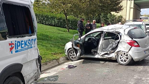 Otomobil park halindeki servis minibüsüne çarptı!