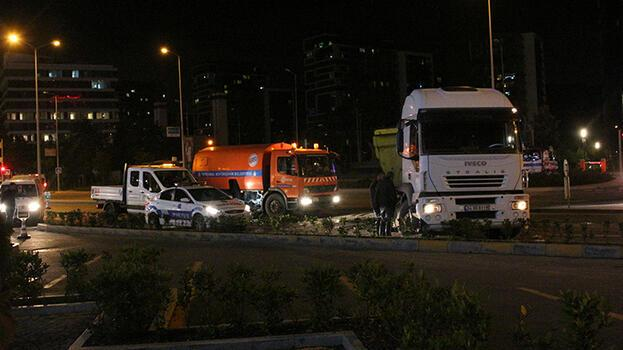 Yasak olduğu halde 'u' dönüşü yapan kamyon otobüse çarptı
