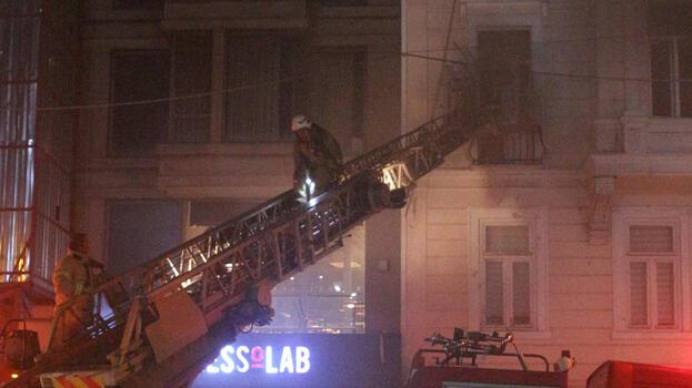 Emre Kınay Oyunculuk Akademisi'nin bulunduğu binada kokutan yangın