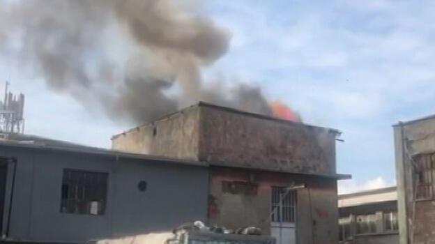 Bayrampaşa'da işyerinin çatısında yangın