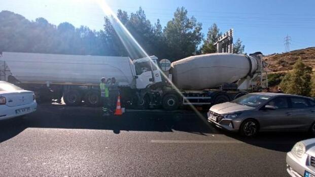TIR'a çarpan beton mikserinde sıkışan sürücü ağır yaralandı