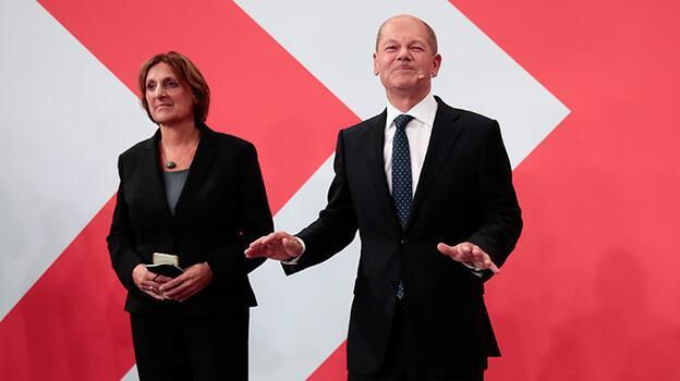 Almanya'daki genel seçimde SPD az farkla önde görünüyor