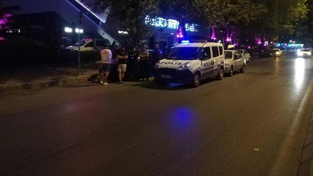 Yarış yapan otomobil yol kenarındaki taksi sürücüsüne çarptı