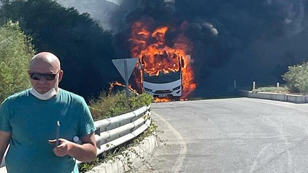 Kuşadası'nda faciadan dönüldü! Rus turistleri taşıyan midibüs alev alev yandı