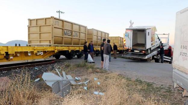 Yük treni, hemzemin geçitte kamyonete çarptı
