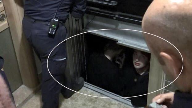 Asansörde korku dolu anlar! Çaresizce beklediler