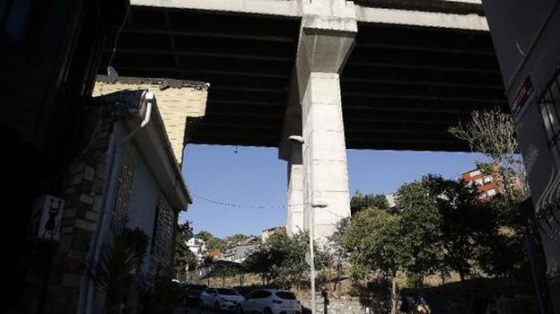 Burası Ortaköy! Köprüden taşlar düşüyor