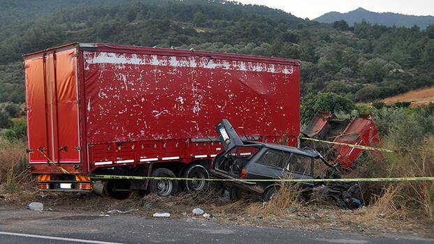 Kamyonla çarpışan otomobildeki 2 kardeş hayatını kaybetti