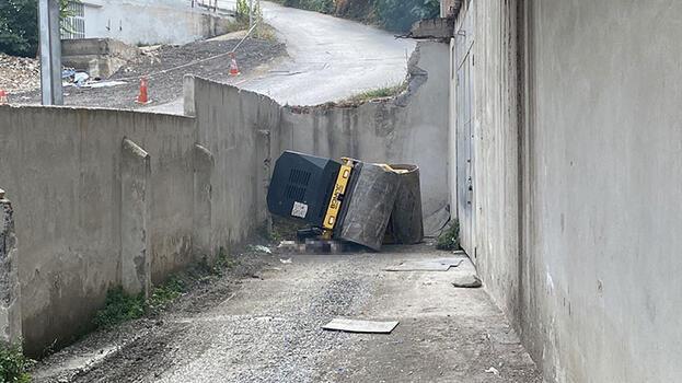 Ataşehir'de devrilen iş makinesinin altında kalan sürücü öldü