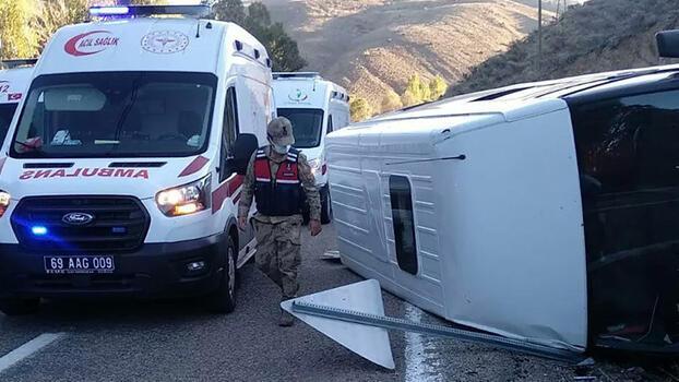 Minibüs ile otomobilin çarpıştı! 6 kişi yaralandı
