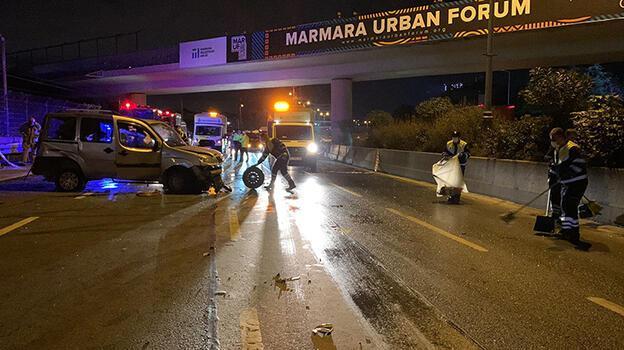 Bayrampaşa'da ticari araç bariyerlere çarptı! 3 yaralı var