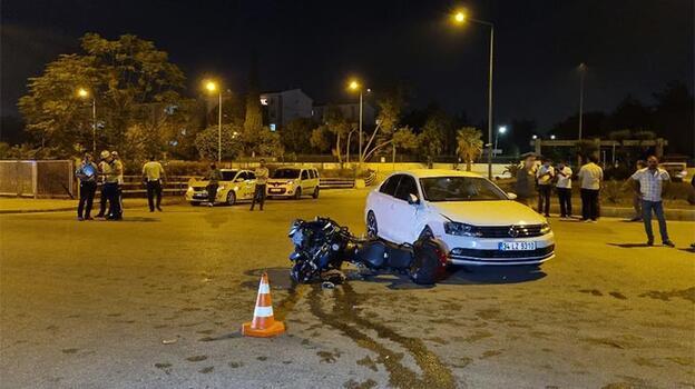 Motosikletli polis ekibi ile otomobil ile çarpıştı