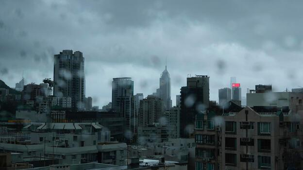 Kompasu vurdu, Hong Kong'da okulları kapandı