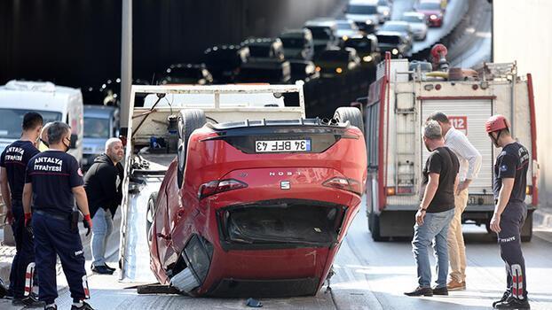 Antalya'da otomobil takla attı, trafik kilitlendi