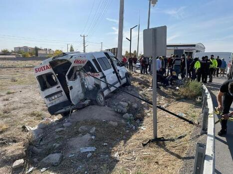 Aksaray'da kamyon yolcu minibüsüne çarptı: 4 yaralı