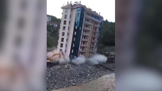 Kastamonu'da 10 katlı bina böyle yıkıldı