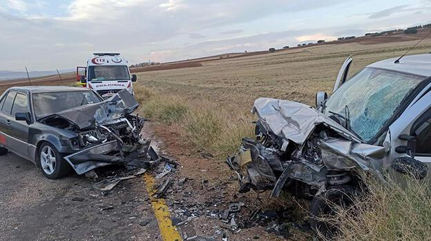 İki araç kafa kafaya çarpıştı: 1 ölü, 1 yaralı