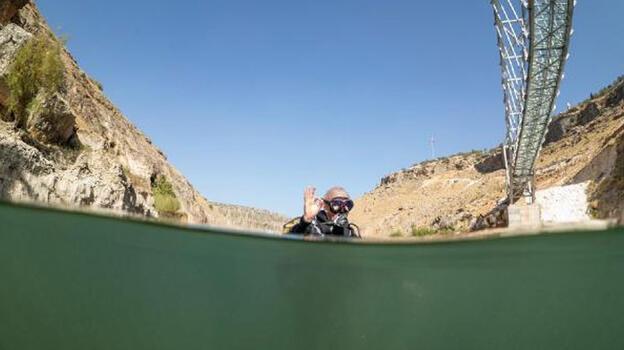 Eğil Baraj Gölü'ne daldı, davette bulundu: Burası başka bir dünya