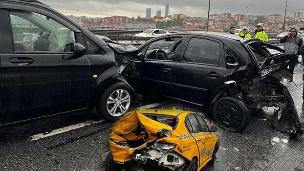 Üsküdar ve Ümraniye'de yağışlı hava zincirleme kazalara neden oldu