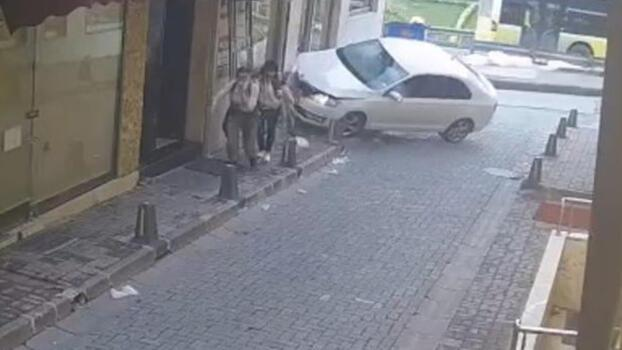 Kaldırımda yürüyen turistler kazadan saniyelerle kurtuldu!