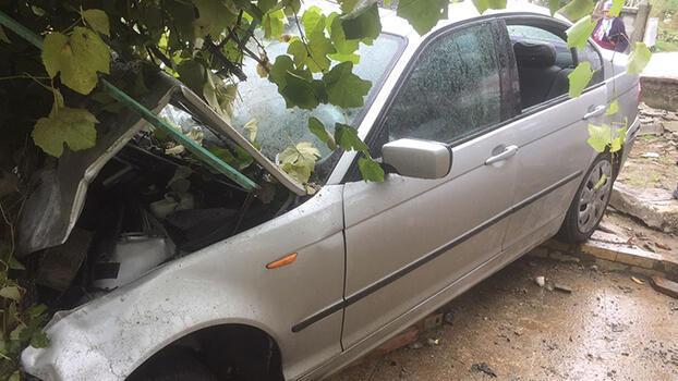 Son dakika... Otomobil evin bahçesinde girdi! 3 kişi yaralandı