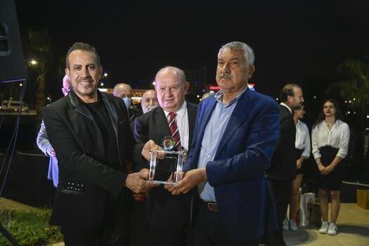 Haluk Levent'e Onur Ödülü'nü Başkan Karalar verdi