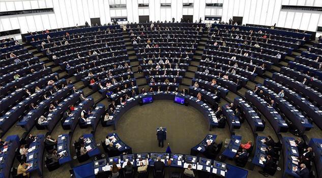 AB-Polonya gerginliği: Avrupa Birliği 'Yaptırımlar masada' diyor, Varşova birliği 'şantaj yapmakla' suçluyor