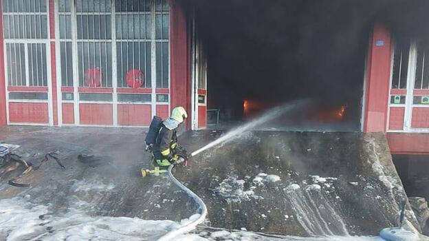 Lastik deposunda çıkan yangın 2 saatte söndürüldü
