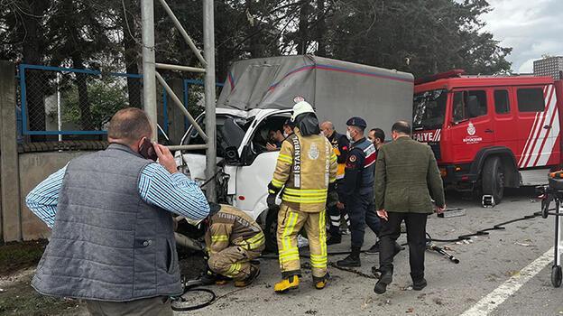 Sancaktepe'de kamyonet levha direğine çarptı
