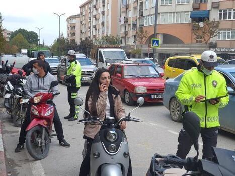 İnegöl'de trafik uygulaması yapan polis ekipleri, kasksız sürücülere ceza kesti