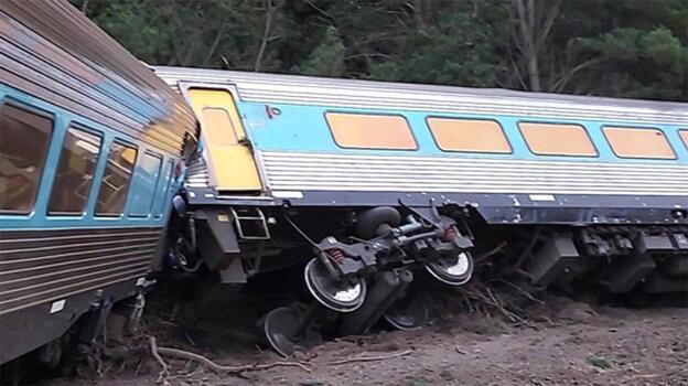 Yolcu treni terk edilmiş araca çarptı