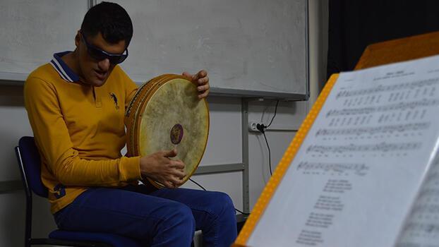 Azmi ile hayran bıraktı! Görme engelli Mehmet, 15 enstrüman çalıyor