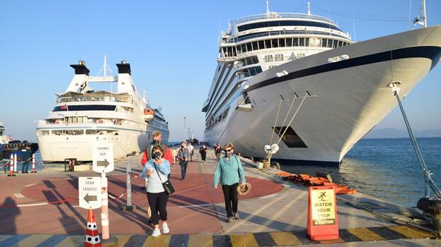 Kuşadası'na iki kruvaziyerle 570 turist geldi