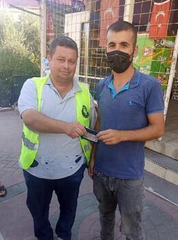 Temizlik işçisi bulduğu cüzdanı sahibine teslim etti