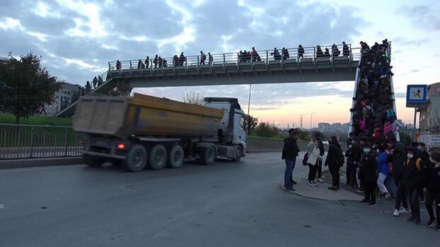 Sultangazi'de okul yolundan geçen hafriyat kamyonları tedirgin ediyor!
