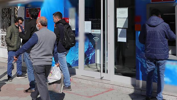 Eskişehir'de bir banka şubesi Covid-19 nedeniyle kapatıldı