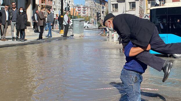 Sivas'ta su basan caddeden geçenler zor anlar yaşadı
