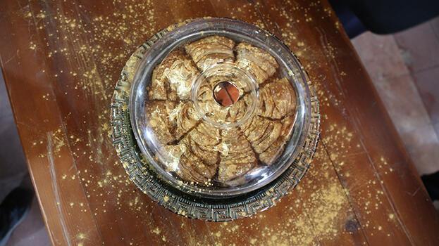 Altın kaplama tatlı! Dilimi 5 bin liradan satılıyor...