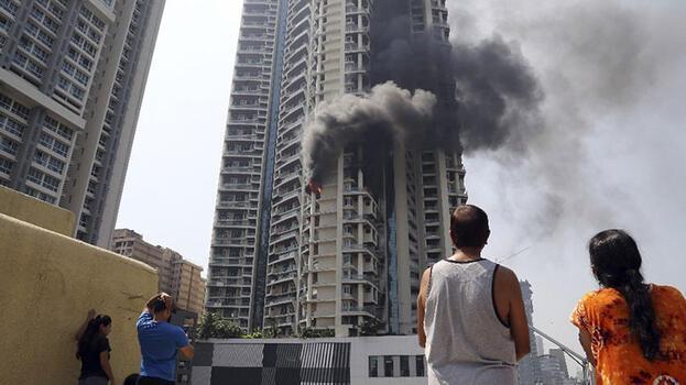 Hindistan'da çok katlı binada çıkan yangında bir kişi öldü