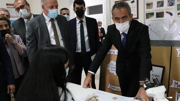Bakan Özer, Kosova'da Maarif ve Elena Gjika okullarını ziyaret etti