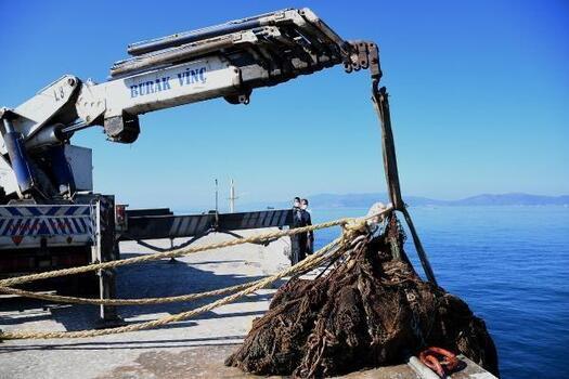 Kuşadası Körfezi'nden 40 metre 'hayalet ağ' çıkartıldı