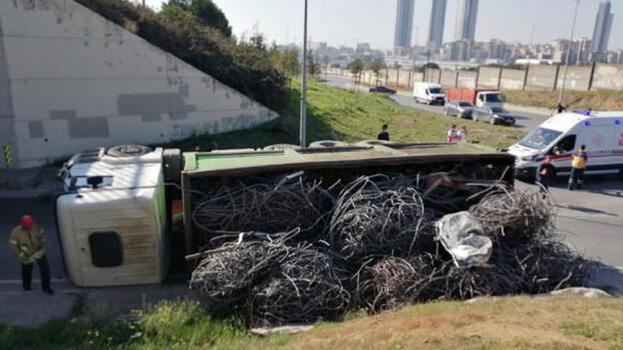 Kartal'da demir yüklü kamyon devrildi