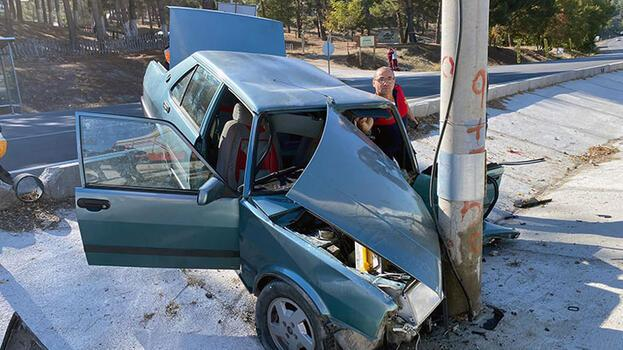 Aydınlatma direğine çarpan otomobildeki sürücü öldü, gelini ve 2 torunu yaralı