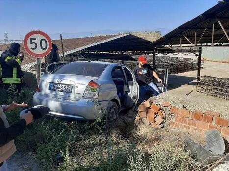 Otomobil fabrika duvarına çarptı: 1 yaralı