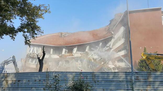 Yıkım kararı alınan hükümet konağı binası, incelemeler sırasında yıkıldı