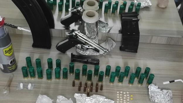Polisten kaçan sürücünün otomobil ve evinden silah ve uyuşturucu çıktı