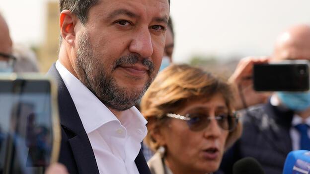 Salvini, göçmenleri denizde mahsur bırakmaktan yargılanıyor