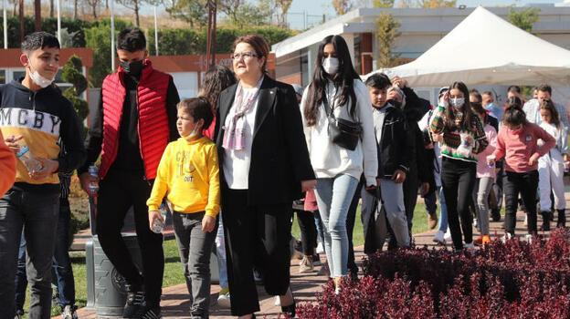 Bakan Yanık, SED hizmetinden yararlanan çocuklarla bir araya geldi